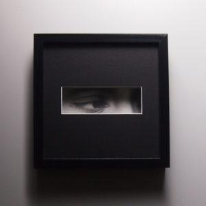 « Capté », dessin aux crayons de papier sur papier d'art lisse 220g, au format 20×20 cm